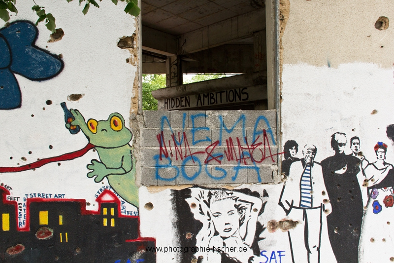 PK0907: Hidden Ambitions I (Graffiti am Sniper Tower; Mostar, Bosnien Herzegowina 2015)