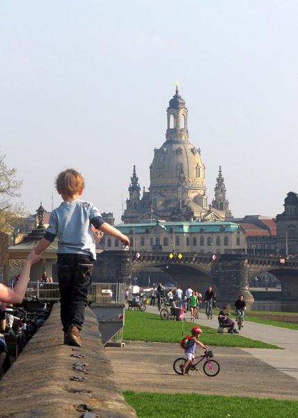 0606a: o.T. (Dresden, Blick zur Frauenkirche von der Terrasse am Japanischen Palais, 2011)