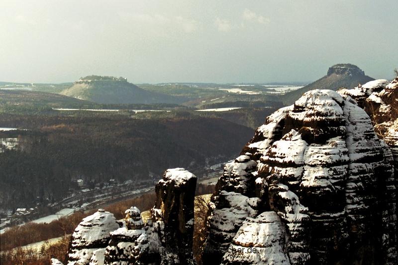 PK0011: Sächsische Schweiz, Blick über die Schrammsteine zum Königstein (li) und Lilienstein (re) (2008)