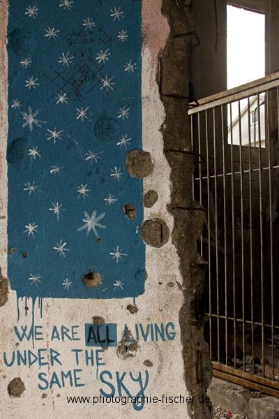 PK0908: Same Sky (Graffiti am Sniper Tower; Mostar, Bosnien Herzegowina, 2015)