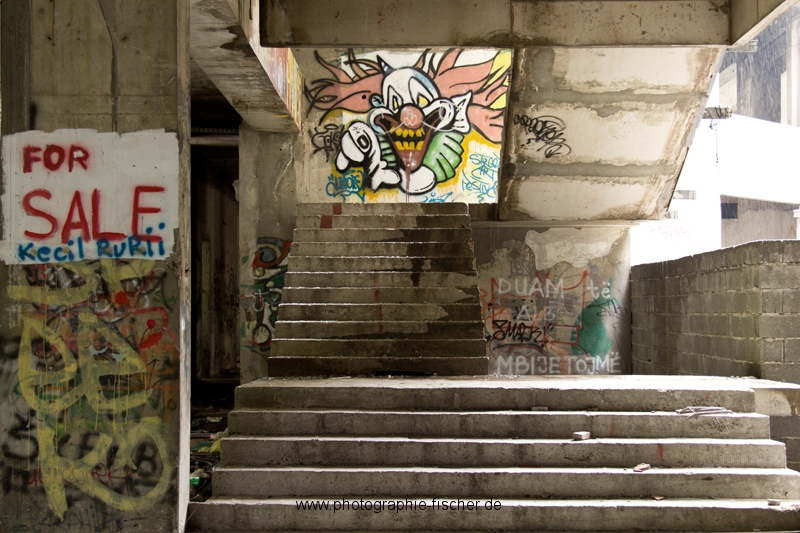 PK0909: o.T. (For Sale; ; Graffiti im Sniper Tower; Mostar, Bosnien Herzegowina 2015)