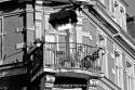 PK1008sw: Balkon mit geborgtem Oberlicht, daߟ unterhalb hängt (Serie: AnEcken in der Dresdner Neustadt, Dresden-Äußere Neustadt, 2015)
