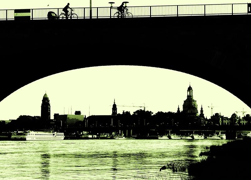 PK0186: o.T. (Blick unter der Caralobrücke hindurch zur Altstadt, Dresden 2009)