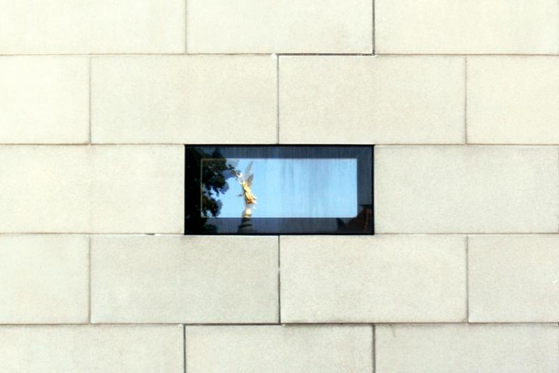 """PK0280: o.T. (Serie """"Ein Engel tanzt über der Stadt"""" oder Engel in der Synagoge; Dresden, 2009)"""