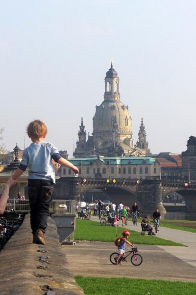 PK0606: o.T. (Dresden, Blick zur Frauenkirche von der Terrasse am Japanischen Palais, 2011)