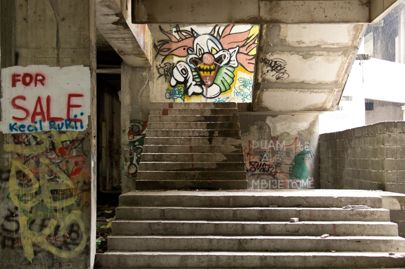 PK0909: o.T. (For Sale; ; Graffiti im Sniper Tower; Mostar, Bosnien Herzegowina 2015)
