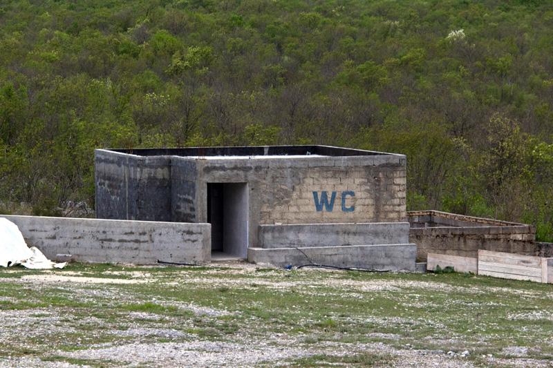 PK0912: o.T. (WC am Pilgerort der Hlg. Friedensgöttin in Cerovica nahe Hutovo; halbe Strecke zwischen Stolac und Neum; Bosnien Herzegowina 2015)