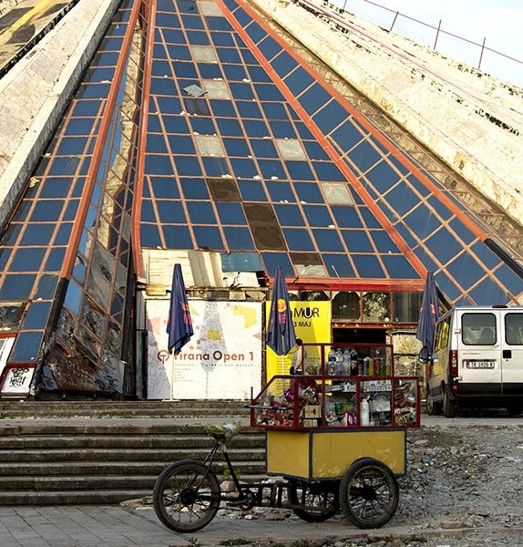 PK1069: o.T. (ehemaliges Enver-Hodza-Museum; Tirana/Albanien 2015)