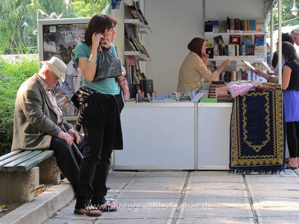 sar039 Literaturbasar auf dem Trg Alija Izetbegovica Platz
