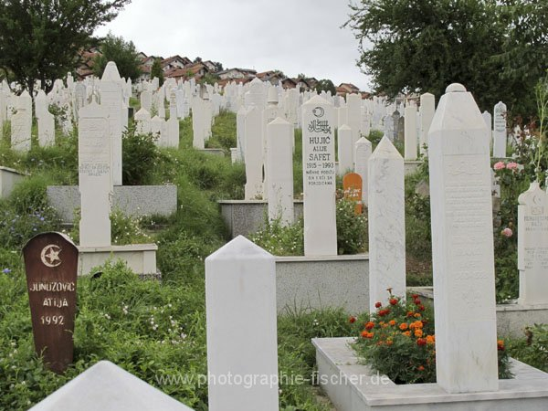 sar056 Viele Gräber aus den 90er Jahren (Bjelave)