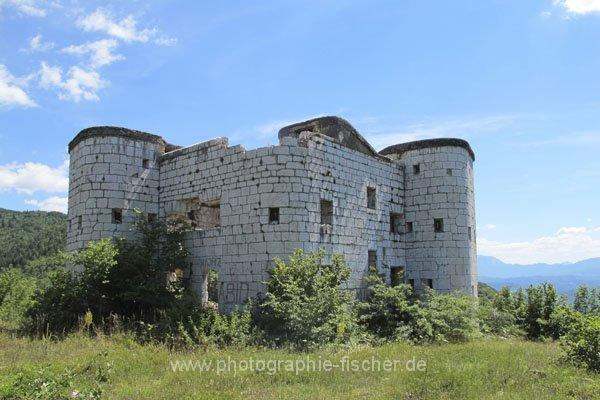 sar121 Bunker im Wald bei Zlatište