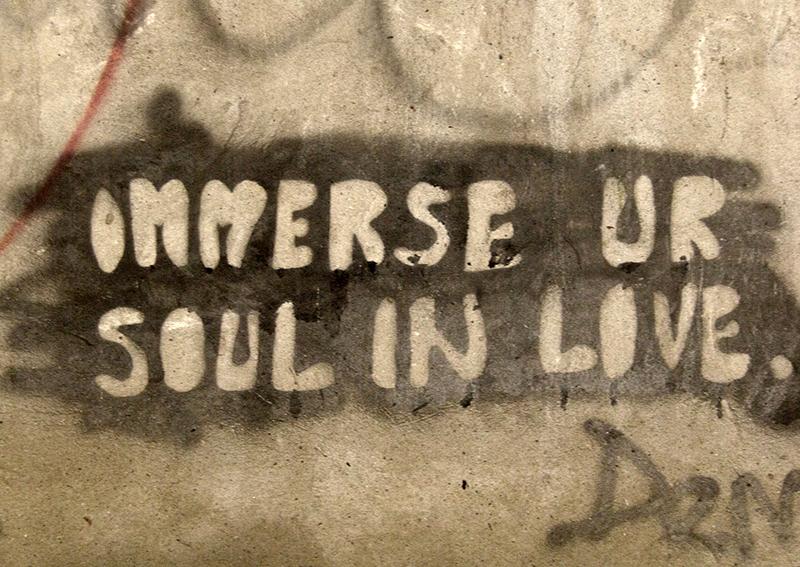 """BIH0065 o.T. (Graffiti am """"Snipertower"""", Mostar, Bosnien Herzegowina 2015)"""